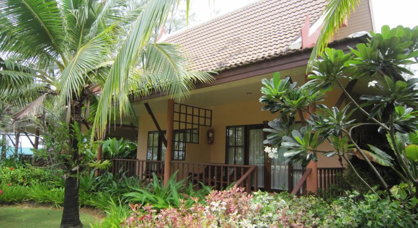 thailand koh lanta budget hotel swiming pool with kids family travel