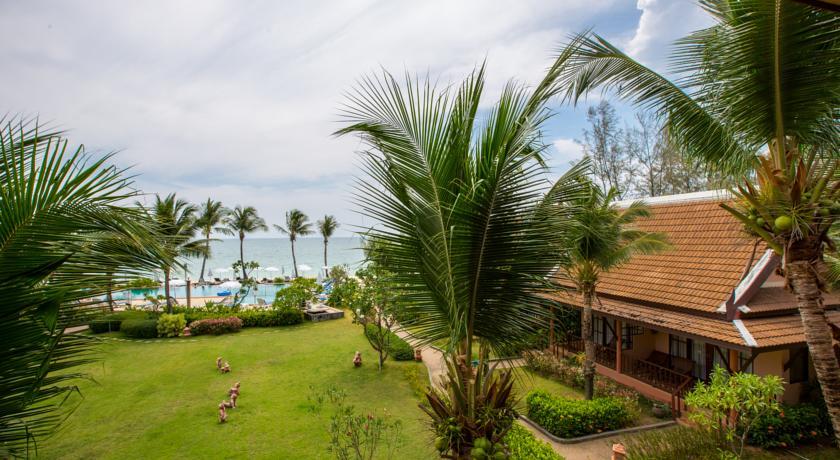 thailand koh lanta budget hotel swiming pool with kids