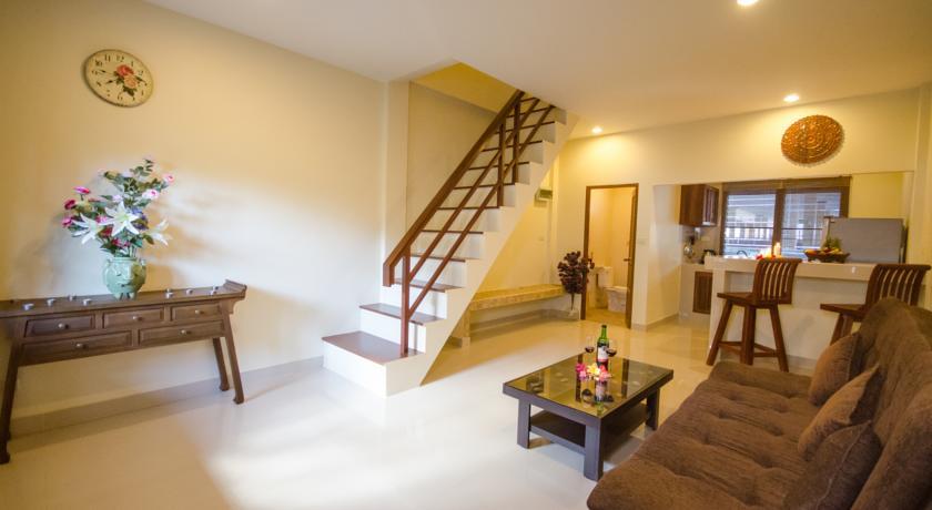 location appartement phuket-salon-deco-famille-canapé-cuisine