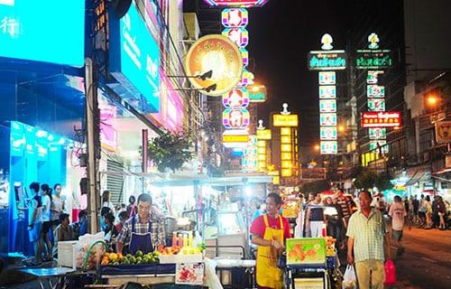 partir en thailande avec des enfants- bangkok EN FAMILLE - chinatown - rue animée à bangkok