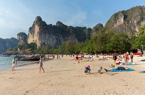 plage thailande - falaise -krabi - station balnéaire en famille