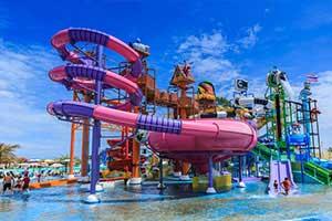 tobbogan-piscine-bangkok-enfant-rose-violet-ciel-bleu