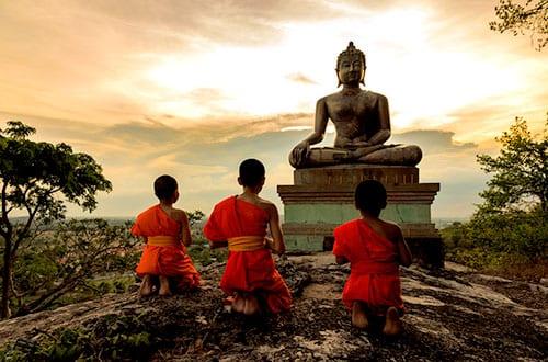 jeunes moines boudhistes - thailande avec des enfants - wekistravel