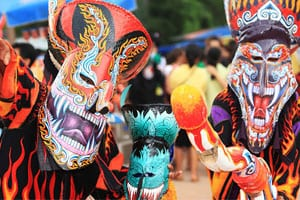 Thailande-Loei-tradition-fete rligieuse-animiste-masque-fantome-couleur-demon-que faire en thailande