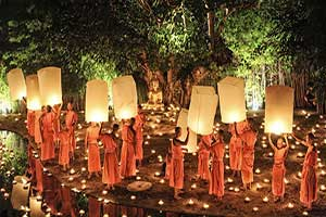 Thailande-chiang mai-fete-bouddha-moine-lampion-bougie-traditionnel-festival-lumiere-robe orange-que faire en thailande