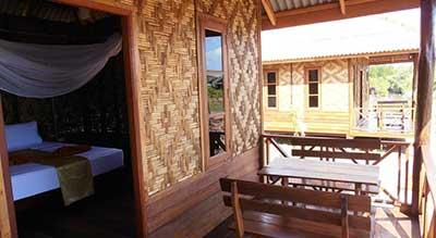 bungalow pas cher koh jum-terrasse-bambou-bois-fauteuil-lit