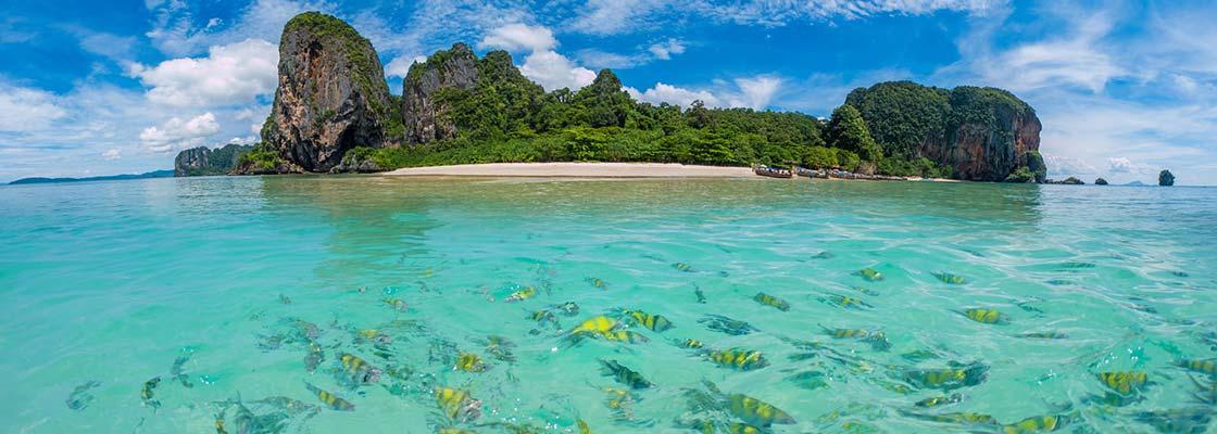 thailande-famille-snorkeling-plongée-ile-sud-poisson-multicolore-jaune-mer-tropical-ilot-plage-jungle-krabi-eau-transparentciel-bleu-montagne-colline-voyage-asie