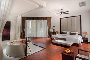 lit-table-fauteuil-objet decoratif - grande chambre