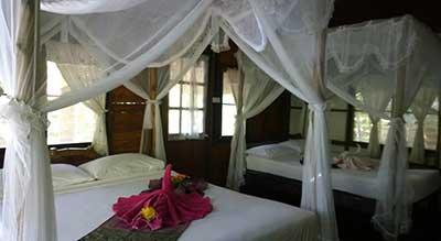 bungalow-koh jum-thailand-resort-pas cher-lit a baldaquin-literie-decoration-bois-moustiquaire