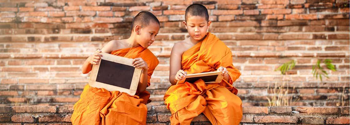 Thaïlande-famille-enfant-moines-boudhiste-temple-brique-rouge-rasé-novice-religion-robe-orange-culture-education-tableau-craie-amitié-complice-etudier-voyager
