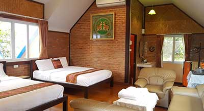 hotel-bungalow-mae hong son-thailande-cabane-bois-sympa-hotel pas cher-chambre famille-grande chambre-coin salon-charme