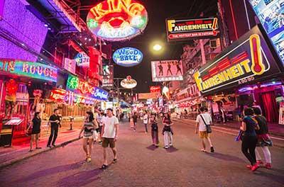 pattaya-quartier chaud-ambiance de nuit-neon-pub