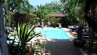 hotel piscine phuket-francais-jardin-calme