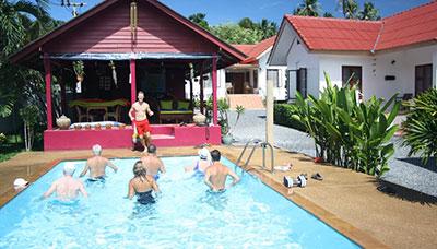 Hotel-francais-en-Thaïlande-Samui-piscine-jardin tropical-soleil-club-sport