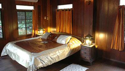hotel francais thailande-chiang mai-charme-typique-maison en bois-chambre-deco-asiatique