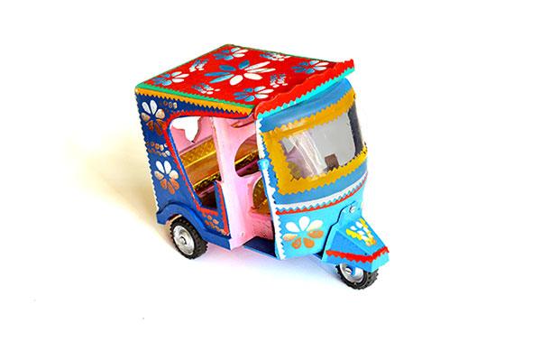 tuk tuk -jouet-coloré-voyage en famille-wekidstravel